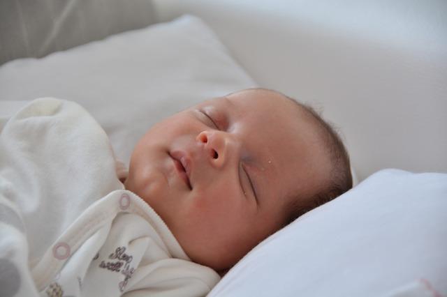 czy kołdra i poduszka jest potrzebna niemowlakowi?